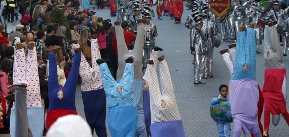 El carnaval refuerza el entierro de la sardina con una comparsa de 400 personas