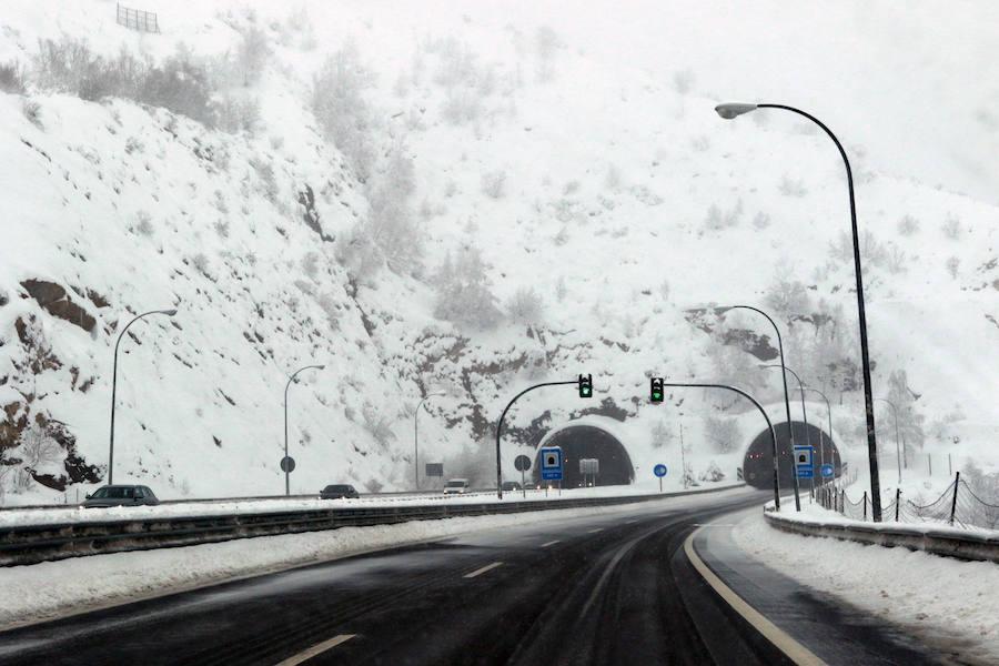 La autopista del Huerna se tiñe de blanco