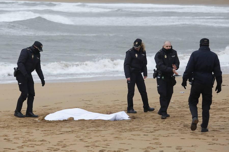 Hallan el cadáver de una mujer en la playa de Poniente