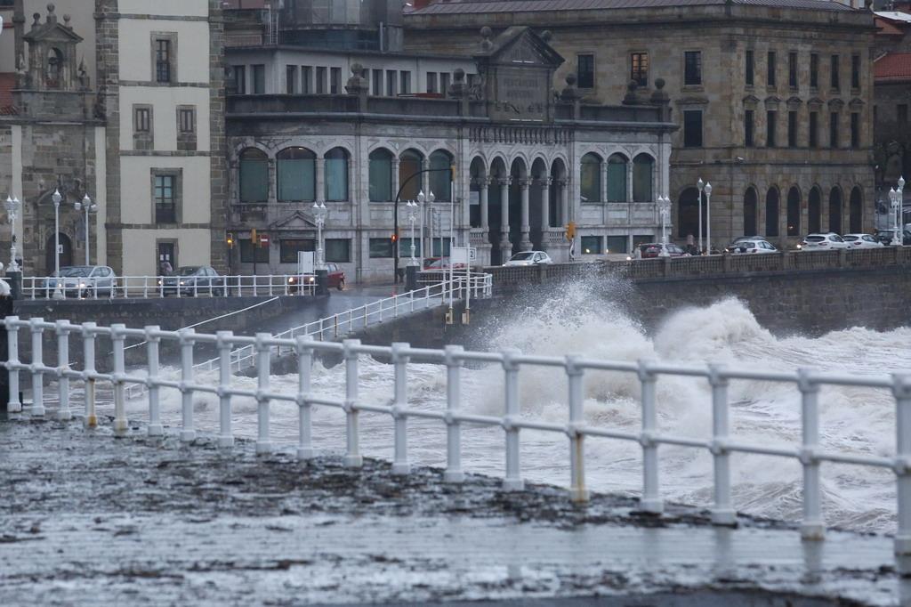 El temporal golpea la costa de Gijón