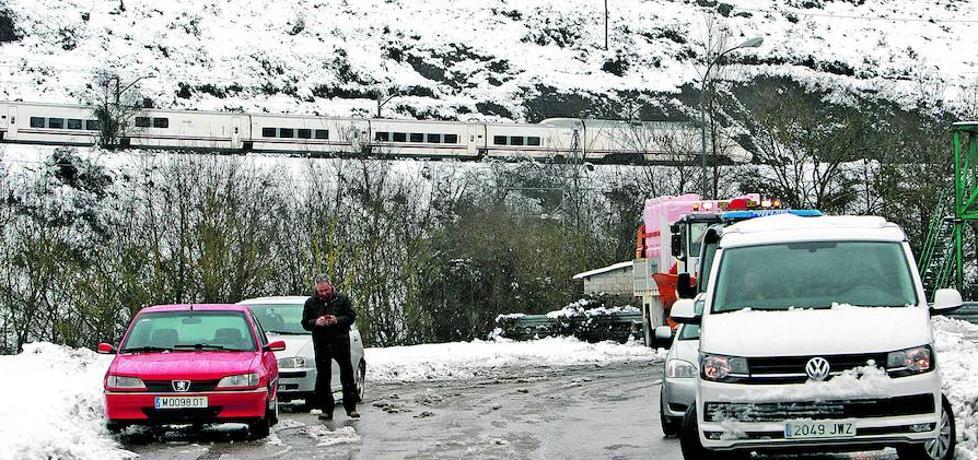 El temporal aísla Asturias y dejará nieve en zonas de costa