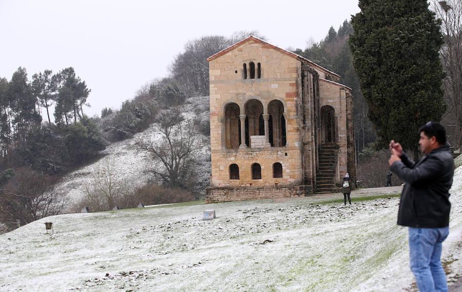 El temporal de nieve tiñe Oviedo
