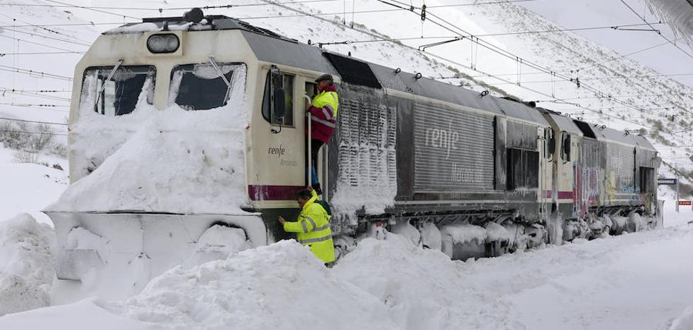 Temporal en Asturias: tercer día sin tren a León en la jornada más cruda del temporal