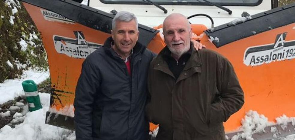Temporal de nieve en Asturias | Un alcalde limpiando carreteras