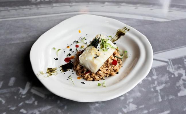 Bacalao confitado en aceite de sansho, risotto cremoso de alga kombú, plancton y perlas de wasabi