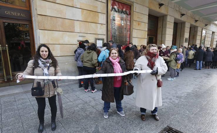 Largas colas para las entradas del concurso de charangas de Gijón
