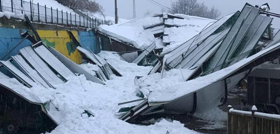 Las nieve hace que se derrumbe el recinto ferial de Boroñes