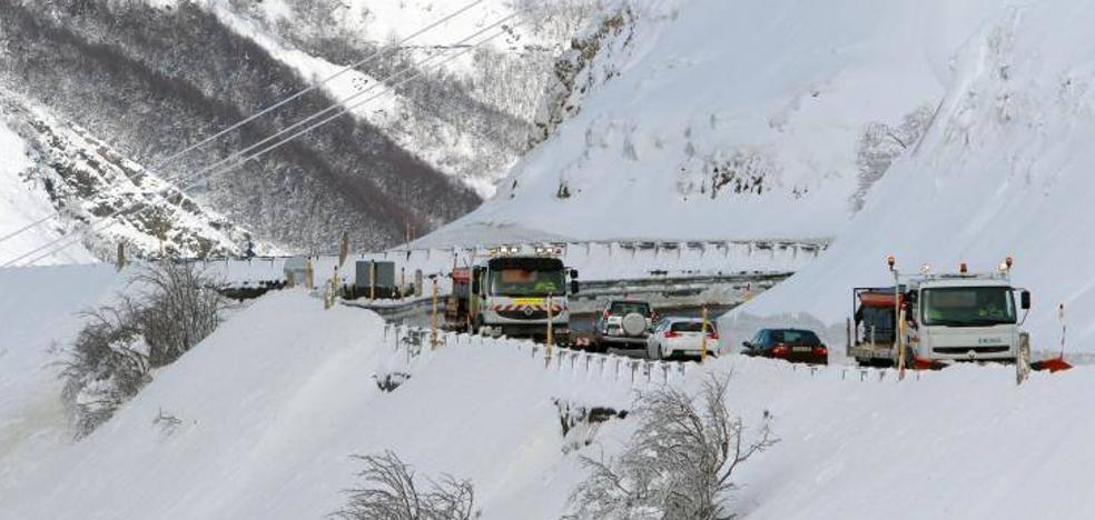 Pajares sin cadenas para turismos pero se mantiene el bloqueo por tren con la Meseta