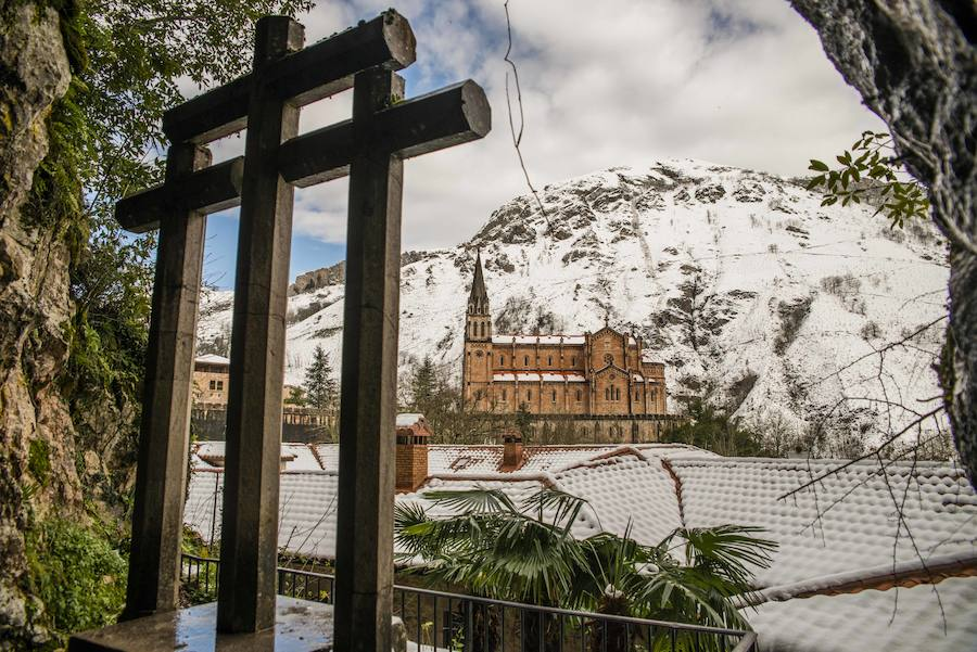 Las espectaculares imágenes de la nieve en Covadonga
