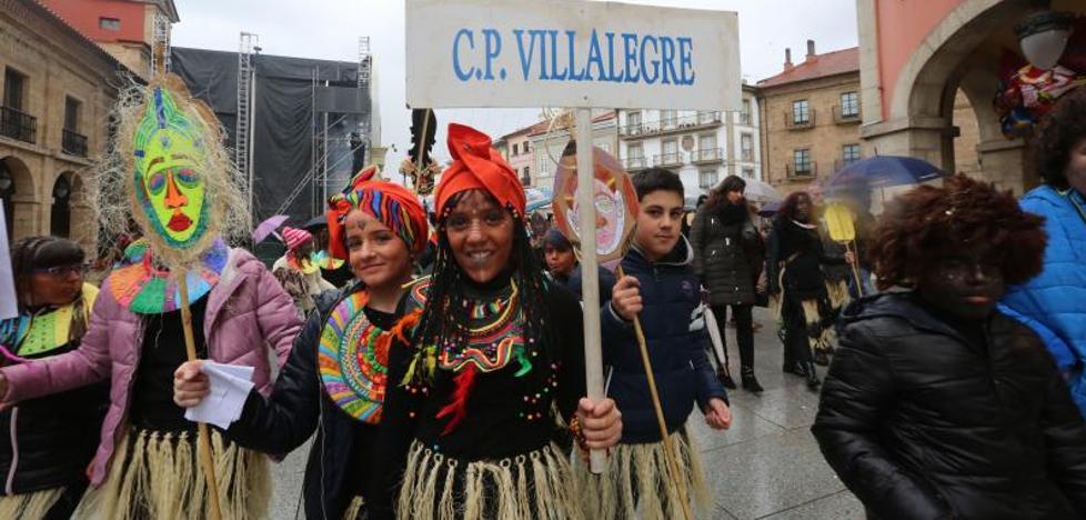 El desfile de los Escolinos Antroxaos llena de espíritu africano las calles de Avilés