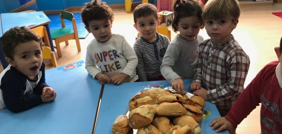 Los alumnos de La Oliva hacen bollos preñaos por Comadres