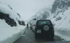 Diez personas quedan atrapadas en la carretera de Sotres más de seis horas