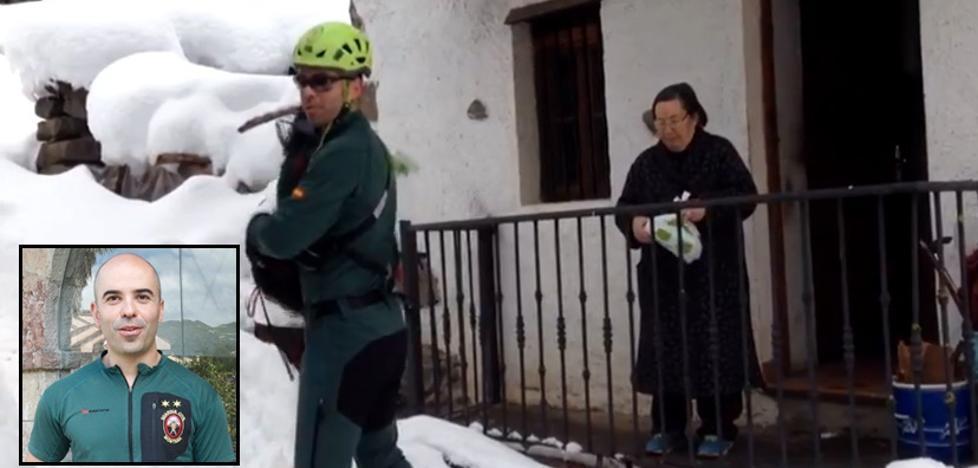 Los agentes del Greim que llevaron con esquís las medicinas a una vecina de Ponga: «Cuando vimos lo que venía, lo tuvimos claro»