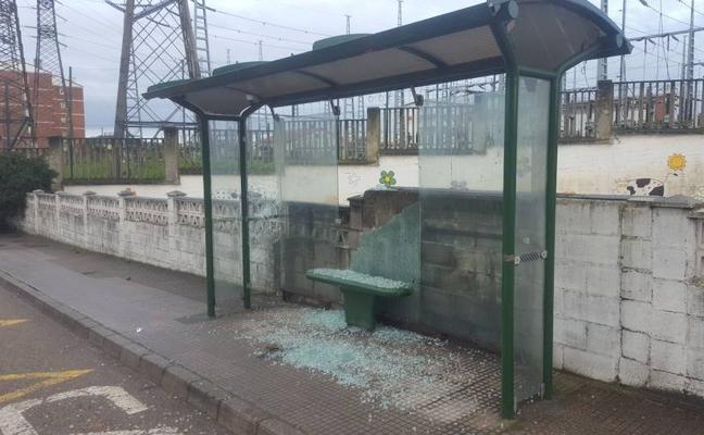 Destrozan a pedradas tres marquesinas de autobús en Corvera