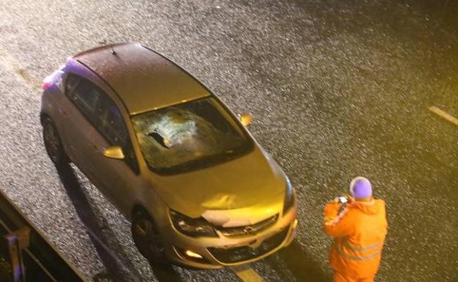 Fallece atropellado tras bajarse del coche para señalizar otro accidente en Vizcaya