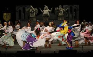 El Jovellanos se rinde a las primeras actuaciones de las charangas del Antroxu de Gijón