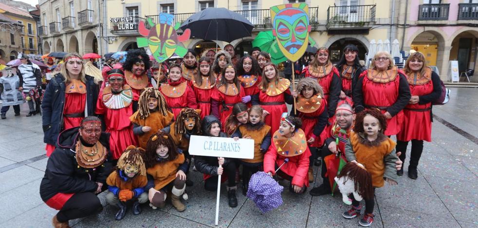Carnaval de Avilés | Los escolinos logran vencer a la lluvia