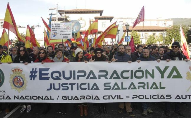 Miles de policías y guardias civiles reclaman en Oviedo la equiparación salarial con los cuerpos autonómicos