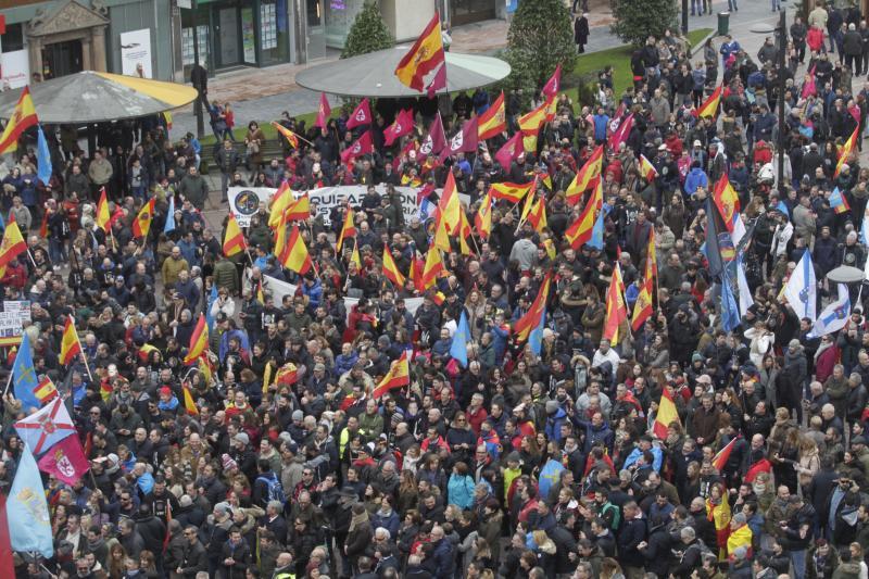 Multitudinaria marcha en Oviedo por la equiparación salarial de policías y guardias civiles