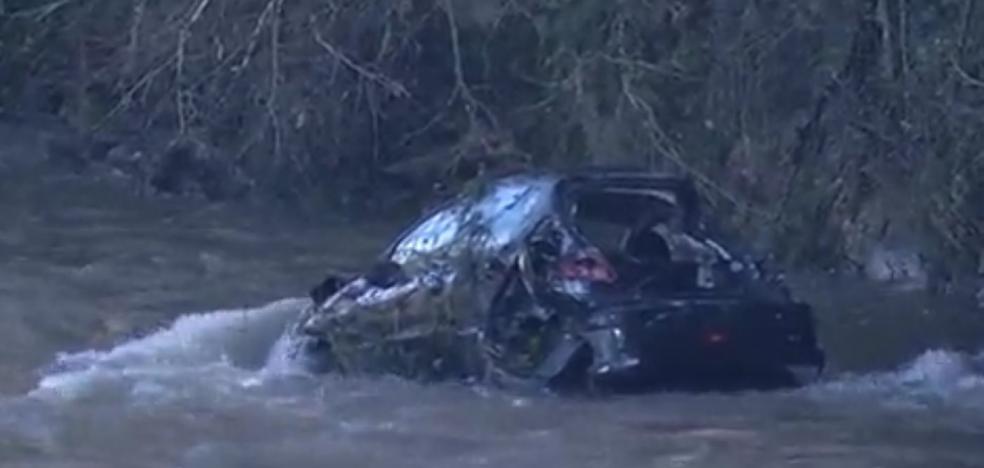 Un conductor se fuga tras chocar contra otro coche y cae al río en San Claudio