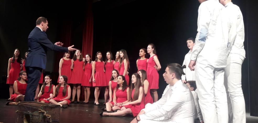 Las voces infantiles cautivan al público en el certamen de habaneras de Candás