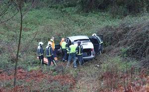 Un herido tras caer por un terraplén en la carretera de La Plata, en Castrillón