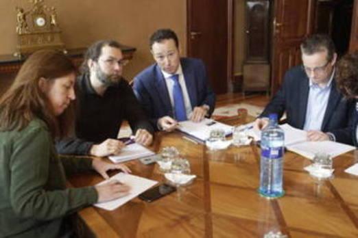 Los grupos parlamentarios piden al PP asturiano que defienda ante Rajoy una financiación autonómica justa