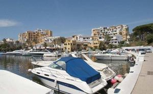 Hallan un cadáver flotando en el mar frente al puerto de Marbella