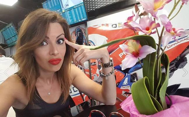 La indignada reacción de una azafata de parrilla contra la F1 que arrasa en la red