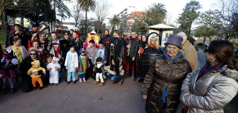 Grado celebra su carnaval con un desfile por las calles del centro
