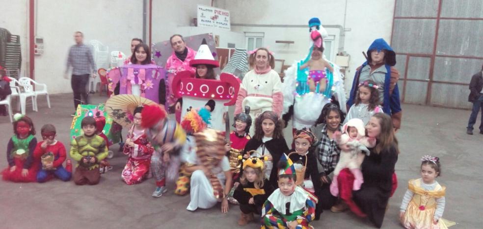 Los vecinos de la parroquia de San Justo celebran el carnaval con un desfile y una cena