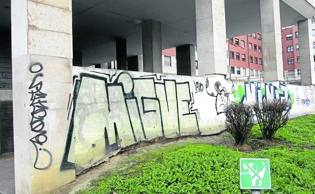 Grafitis al lado de la Ronda Sur