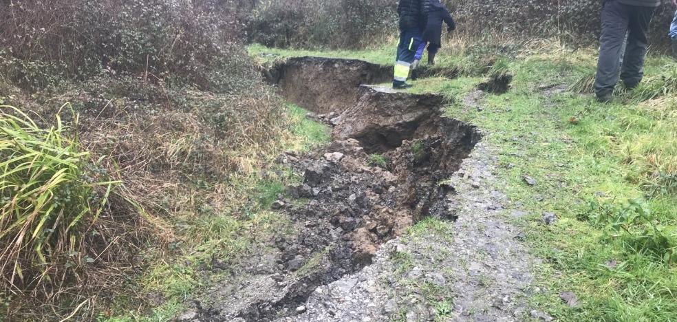 Vecinos de El Regueru Llerín, en Langreo, piden a Hunosa que arregle el camino a la fuente