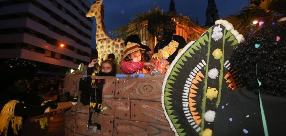 África desfila entre marionetas y punkys