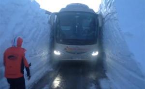 El difícil reto de conducir un autobús entre muros de nieve