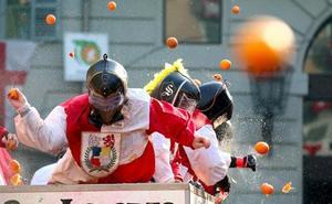 Carnaval a naranjazo limpio en un pueblo del norte de Italia