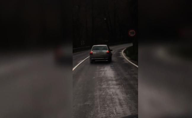 Las peligrosas maniobras de un conductor para no salirse de la vía en Cornellana