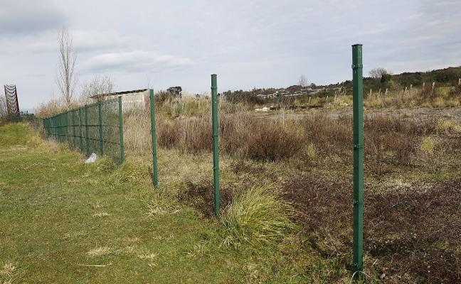 Se llevan las vallas de cierre de la entrada al metrotrén en Bernueces