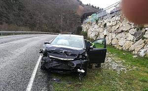 Una mujer resulta herida en un accidente de tráfico en Cangas del Narcea
