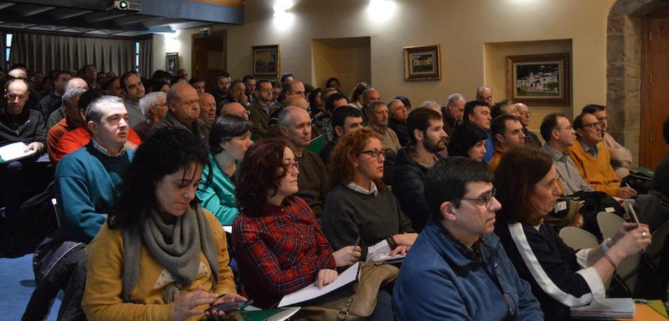 El interés por la propiedad del monte llena la Casa de Cultura de Cangas del Narcea