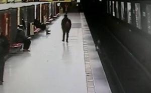 Un joven salva a un niño que había caído a las vías del metro