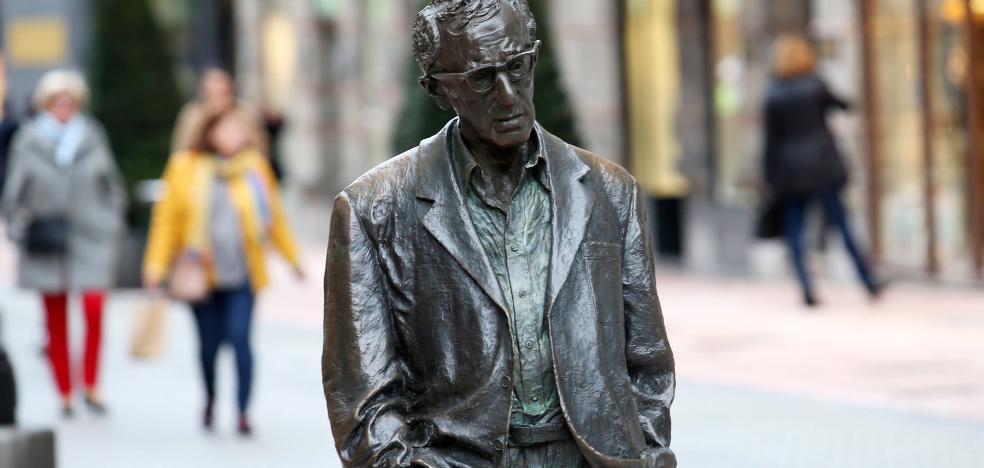 La Plataforma Feminista insistirá en la retirada de la estatua de Woody Allen en Oviedo