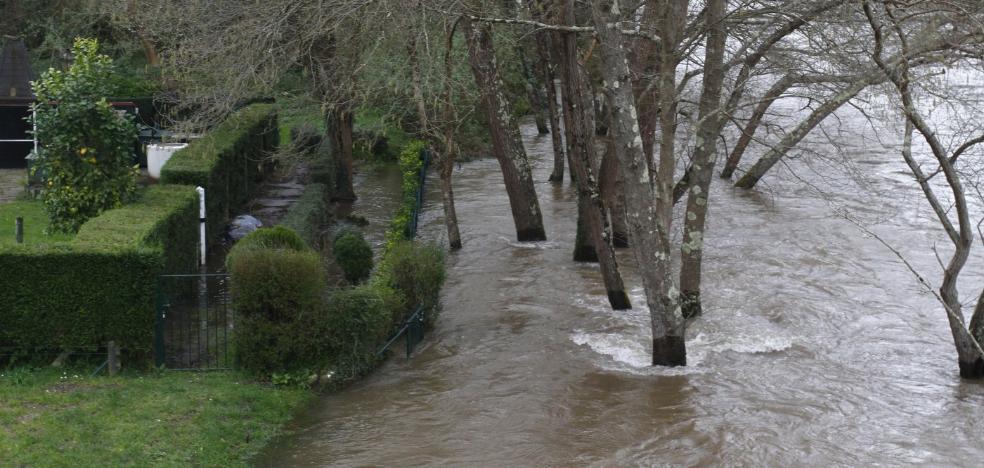 El río Narcea, a punto de desbordarse