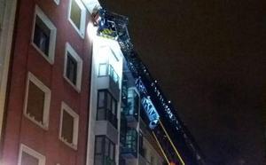 Los bomberos intervienen para sanear una fachada en Gijón
