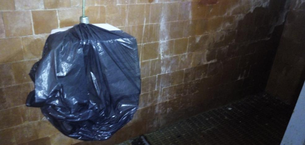El Ayuntamiento precintará los baños del polideportivo del colegio de Lugo