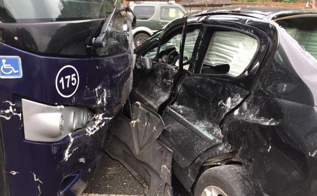 Tres heridos en una colisión entre dos coches y un autobús