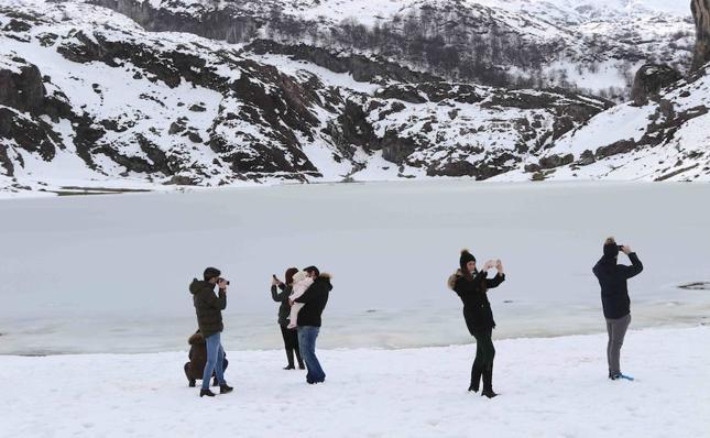 Diversión entre nieve en los Lagos de Covadonga