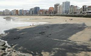 La playa de San Lorenzo amanece cubierta de una mancha de carbón
