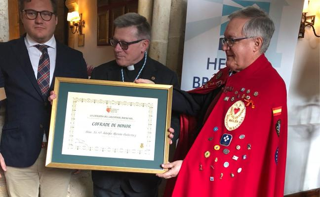 La Cofradía del Colesterol da la bienvenida a sus nuevos cofrades en Covadonga