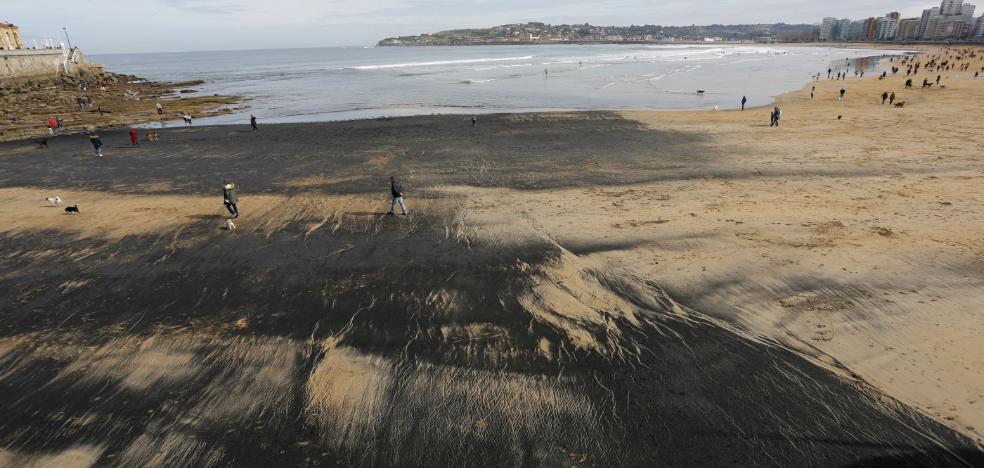 El carbón vuelve a la playa de Gijón